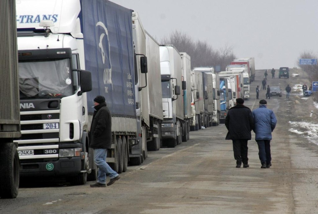 After-major-delays-Ukraine-begins-customs-inspection-of-Russian-aid-trucks